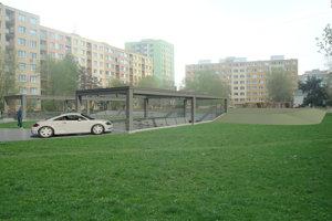 Zelená plocha medzi blokmi. Takto by sa mala zmeniť po výstavbe garážového domu. Na tejto strane bude vjazd pre autá, na opačnej prístup pre peších do podzemia a na povrchu vyrastie detské ihrisko.