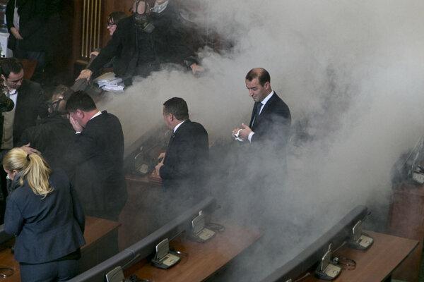 Poslanci opúšťajúci parlament po vypustení slzotvorného plynu.