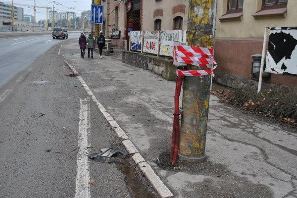 Nehoda. Stĺp, do ktorého audi narazilo. Oprava vyjde na 200 eur.
