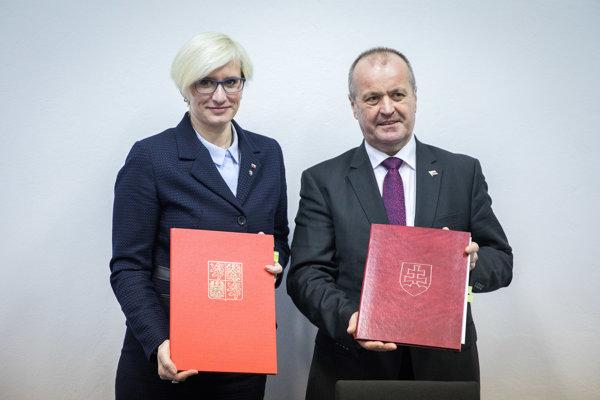 Sprava: Minister obrany Peter Gajdoš a ministerka obrany Českej republiky Karla Šlechtová počas podpisovania vykonávacej zmluvy k dohode o vzájomnej ochrane vzdušného priestoru.