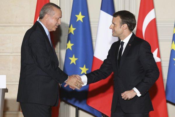 Macron (vpravo) sa stretol s Erdoganom.