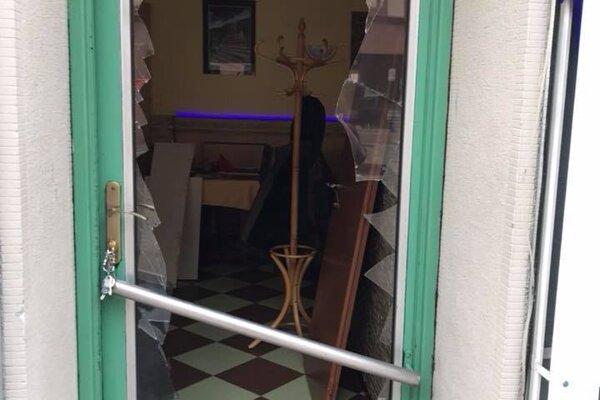 Indická reštaurácia na pešej zóne v Nitre. Podľa polície rozbila sklo na dverách zábavná pyrotechnika.