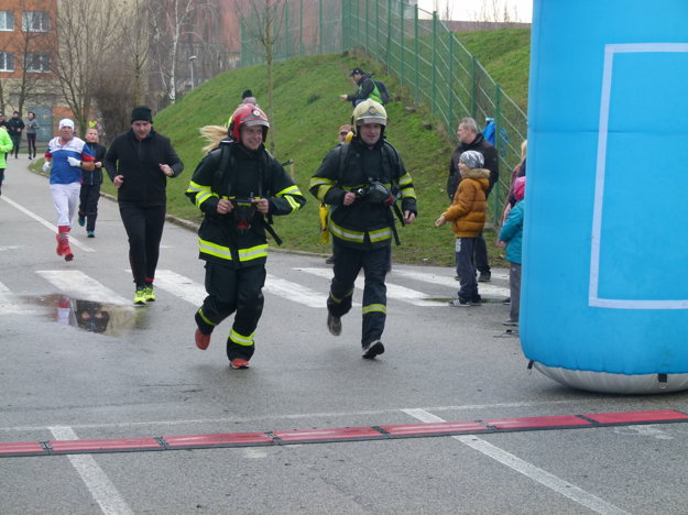 Na štart posledného z trojice pretekov sa postavili aj hasiči Zoran Benedikovič a Eduard Glemba v plnej výstroji.