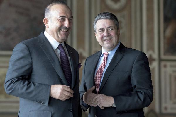 Šéf nemeckej diplomacie Sigmar Gabriel (vpravo) a jeho turecký náprotivok Mevlüt Čavušoglu.