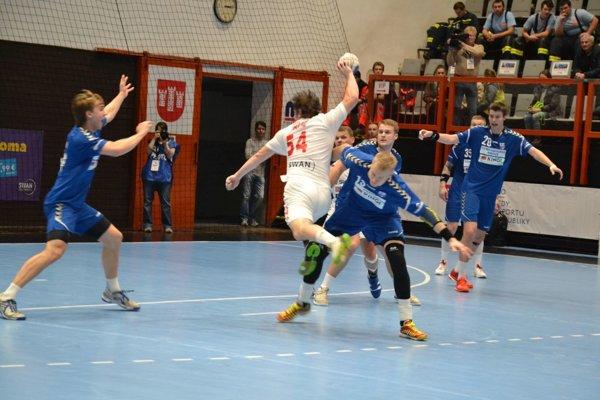 Tomáš Vallo (v bielom) dáva Fínom jeden zo svojich troch gólov.