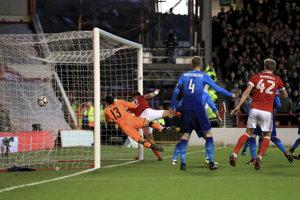 Eric Lichaj z Nottinghamu strieľa gól do siete Arsenalu.