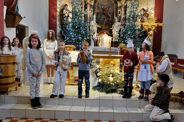 Najmladšie deti privítali Ježiška básničkami avinšmi.