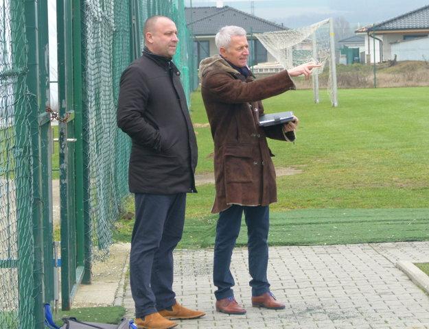 Zástupca hlavného sponzora Tom Caanen (vľavo) sledoval premiérový tréning Seničano v spoločnosti generálneho manažéra klubu Martina Šnegoňa.