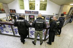 Hliadka súkromnej bezpečnostnej služby na Hlavnej stanici v Bratislave.