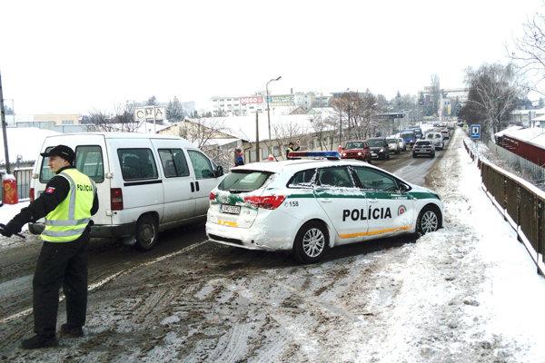 Jedným z najpálčivejších problémov motoristov okresu je stav nadjazdu v Leviciach.