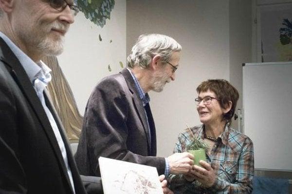 Knihu krstili vodou zo Štiavnice, na fotografii sprava Elena Hipmanová, editor aexpredseda SSS Bohuslav Kortman agenerálny riaditeľ Štátnej ochrany prírody SR Milan Boroš.