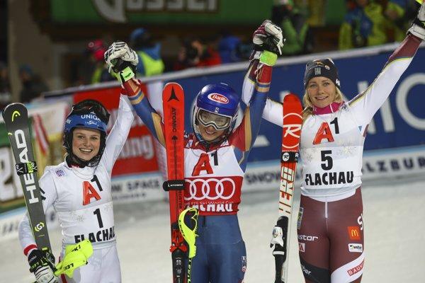 Mikaela Shiffrinová (v strede) sa raduje z víťazstva. Vľavo druhá Bernadette Schildová a vpravo tretia Frida Hansdotterová.