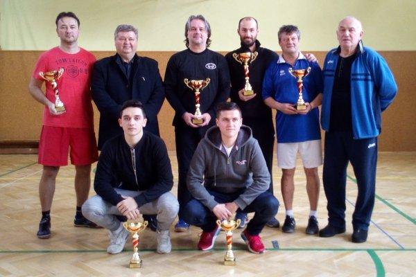 Najlepší z turnaja so starostom obce Jurajom Soboňom a predsedom komisie Jozefom Šiškom.