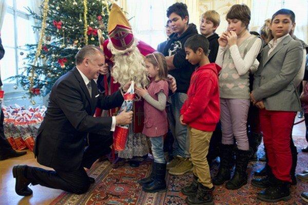 U prezidenta Kisku sa s Mikulášom stretli deti z celého Slovenska. Nechýbali ani ratolesti z detského domova vo Valaskej.