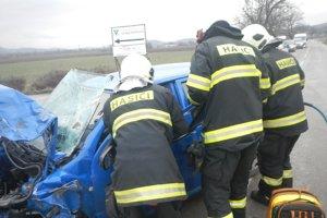 Pri dopravnej nehode sa zranili dvaja ľudia.