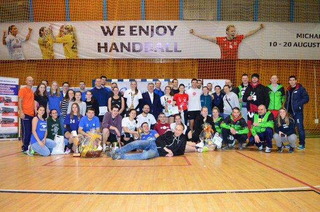 Spoločná snímka všetkých účastníkov 3. ročníka Novoročného volejbalového turnaja O pohár primátora Michaloviec.