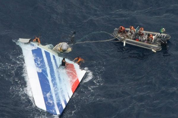 Časť lietadla typu Airbus A330-203 leteckej spoločnosti Air France, ktoré vylovili záchranári z vôd Atlantiku v roku 2009.
