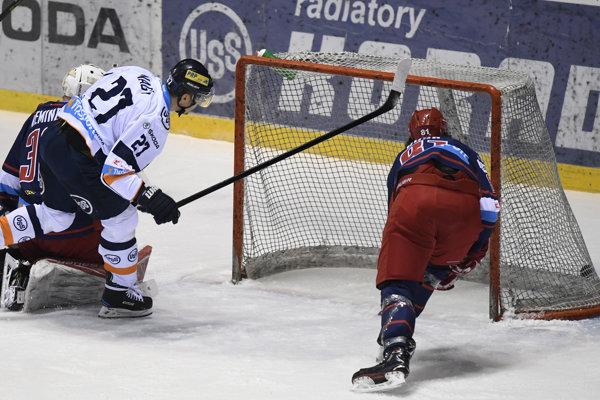 Ladislav Nagy strieľa jeden zo svojich gólov.
