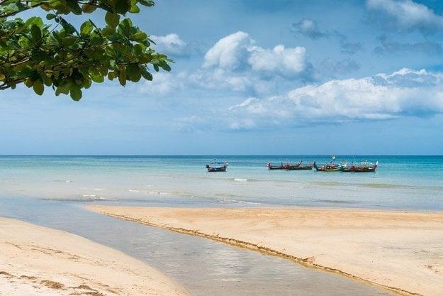 Lákadlom Phuketu sú úžasné piesočné pláže.