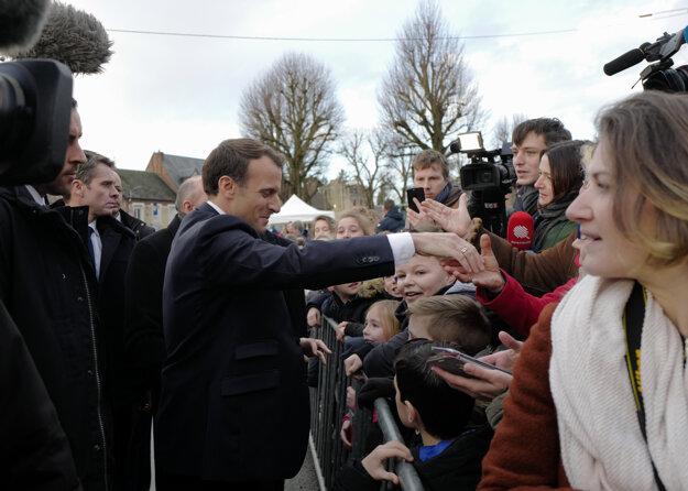 Francúzsky prezident Emmanuel Macron počas stretnutia s migrantami v Calais.