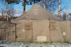 Vojenský stan pre bezdomovcov.