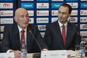 Tréner Craig Ramsay a vpravo generálny manažér slovenskej hokejovej reprezentácie Miroslav Šatan.