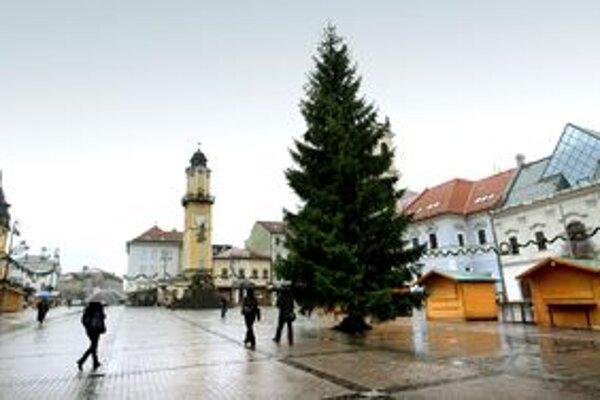 Ľudia z dedín chodia radšej na vianočné trhy v meste.