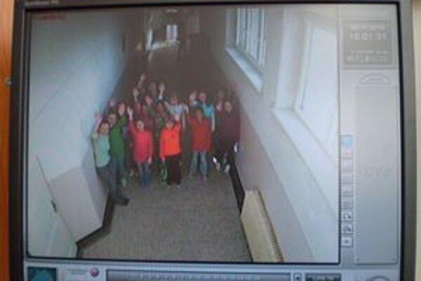Kamery zachytávajú aj dianie na chodbách.