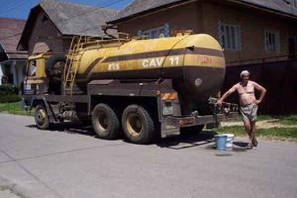 Vodu vozí cisterna.