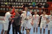 Kapitán hádzanárov Pov. Bystrice Tumidalský s trofejou pre finalistu Slovenského pohára