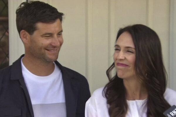 Premiérka Nového Zélandu Jacinda Ardernová a jej partner Clarke Gayford oznamujú médiám radostnú novinu.