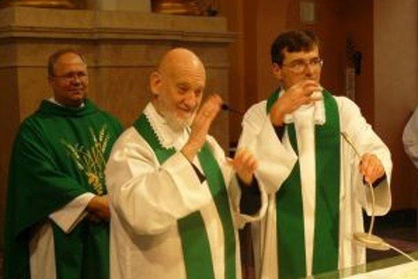 Cyril Axelrod (v strede) pri svätej omši. V súčasnosti je jediným hluchoslepým kňazom v rímskokatolíckej cirkvi.