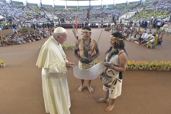 Pápeža privítalo domorodé obyvateľstvo.