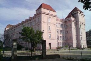 Pre budovu pradiarne cvernovky je dodnes typická staroružová farba a štyri vežičky na nárožiach.