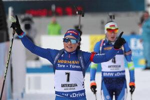 Dorothea Wiererová (v popredí), za ňou Darja Domračevová.