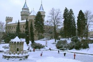 V nedeľu 11. januára 2009 sa ľudia korčuľujú na jazierku priamo pod Bojnickým zámkom.