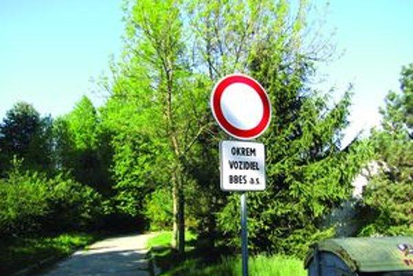 Dopravné značky Zákaz vjazdu zaskočili obyvateľov sídliska.