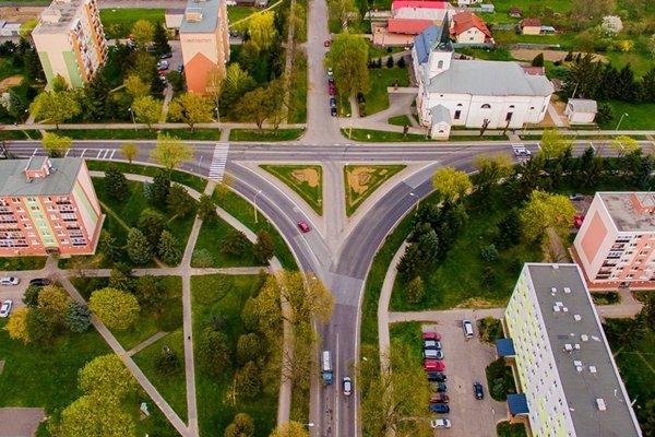 Križovatka v Strážskom. Je miestom dopravných nehôd ikolíznych situácií.