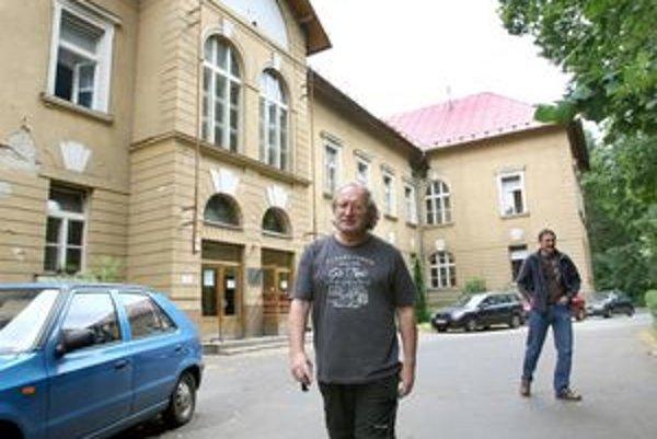 Ludvík Nábělek pred budovou psychiatrie.