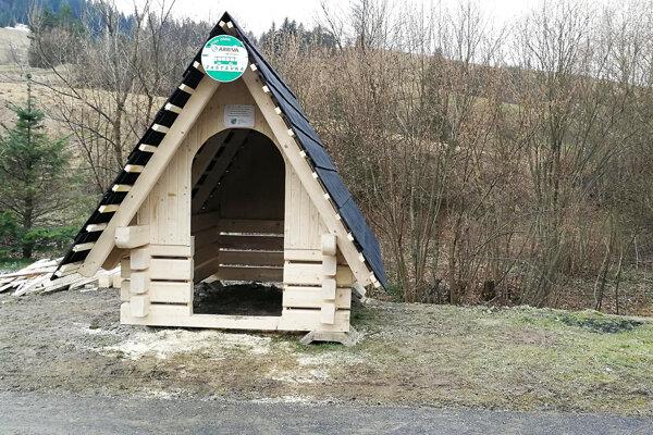 Nová zastávka v drevenom štýle.