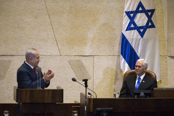 Americký viceprezident Mike Pence (vpravo) počas návštevy Izraelu, kde ho prijal premiér Benjamin Netanjahu (vľavo).