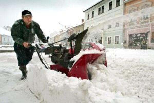 Zajtra by sa malo k veternému počasiu pridať aj husté sneženie