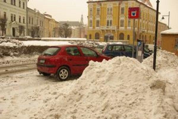 Kopy snehu pri ceste