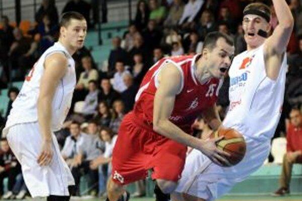 Kapitán ŠKP V. Hovaňák (v červenom) svoj tím do play-off nedoviedol.