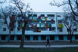Novopostavená bytovka na Odborárskej ulici, ktorá sa stala predmetom sporu pre absenciu parkovacích miest, čo vyústilo do protestného blokovania dopravy.