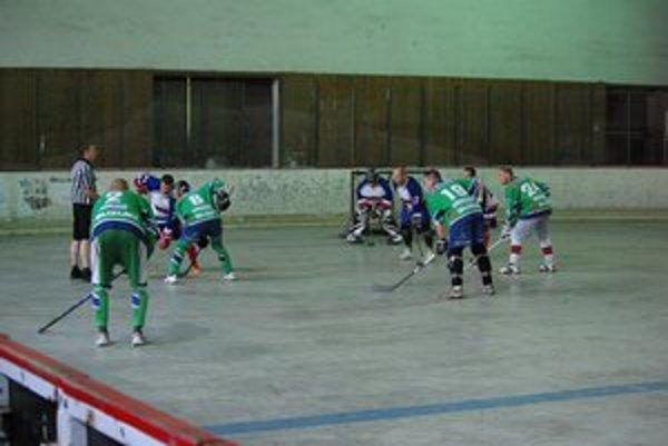Stav finálovej série medzi Bukovinkou (v bielom) a Eagles  (v zelenom)  je vyrovnaný 1:1.