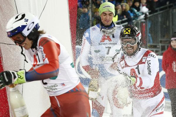 Marcel Hirscher (v strede) sa raduje zo svojho triumfu.