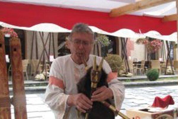 Tibor Kobliček si s tradičnými hudobnými nástrojmi rozumie