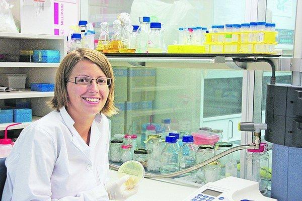 Mária Džunková v laboratóriu.