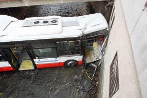 Nový kĺbový ekologický autobus skončil v potoku